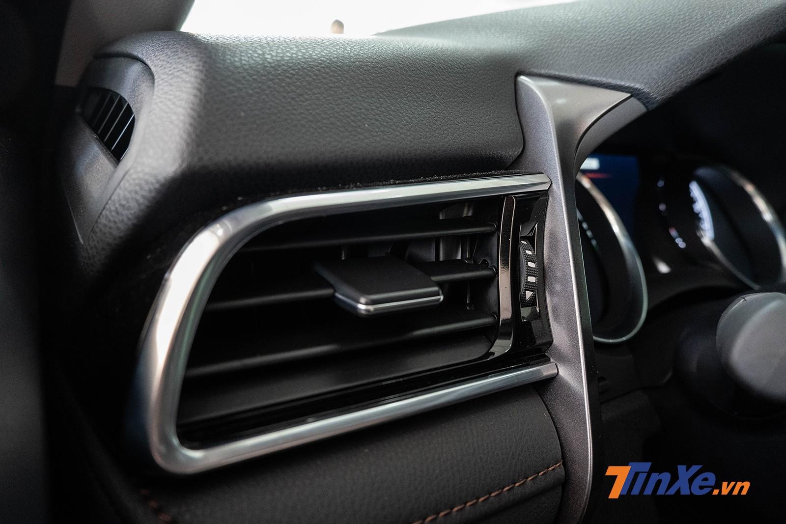 Cửa gió điều hòa hình chữ nhật với những đường nét mềm mại ăn khớp với táp-lô của xe