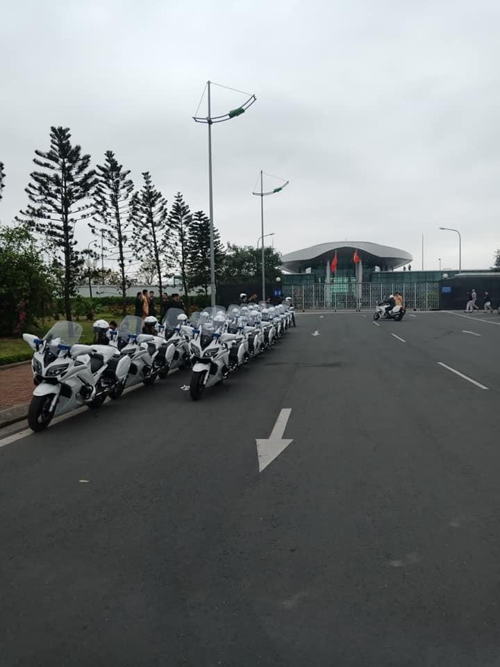 Đoàn xe xếp hàng ngay ngắn trước sảnh Vip của sân bay Nội Bài