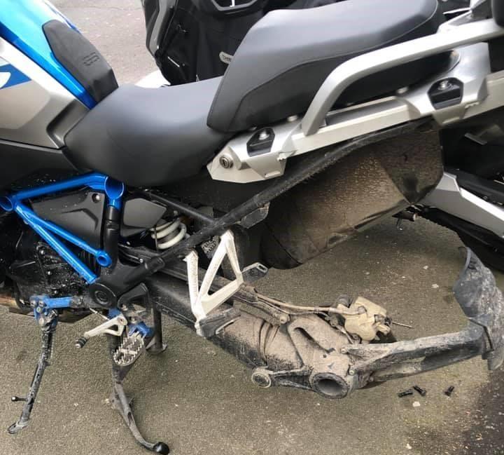 Chiếc xe bị trộm đã được những tên trộm dựng chân chống đứng để dễ dàng tháo bánh của chiếc Adventure này