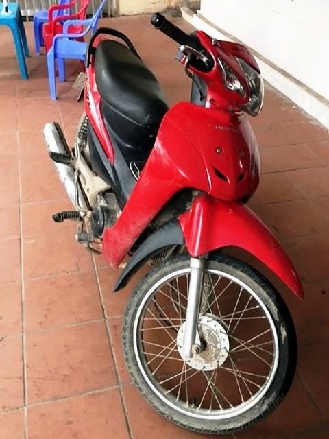 Chiếc xe máy được 3 đối tượng sử dụng để chở nhau lên cầu Tiền Phong