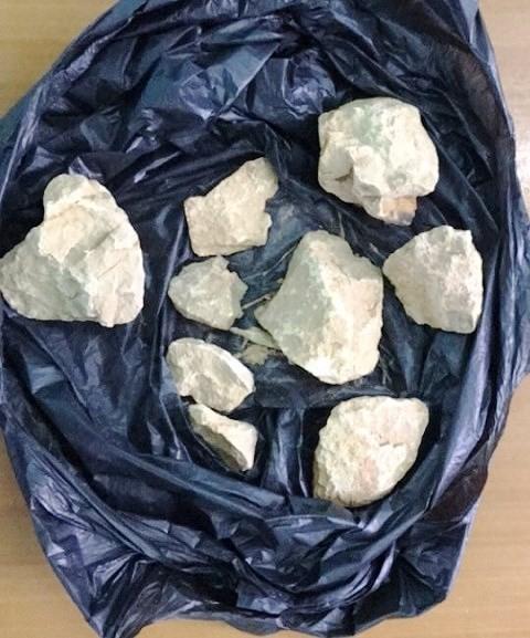 Túi đựng những viên đá lớn mà 3 đối tượng nhặt để ném vào ô tô