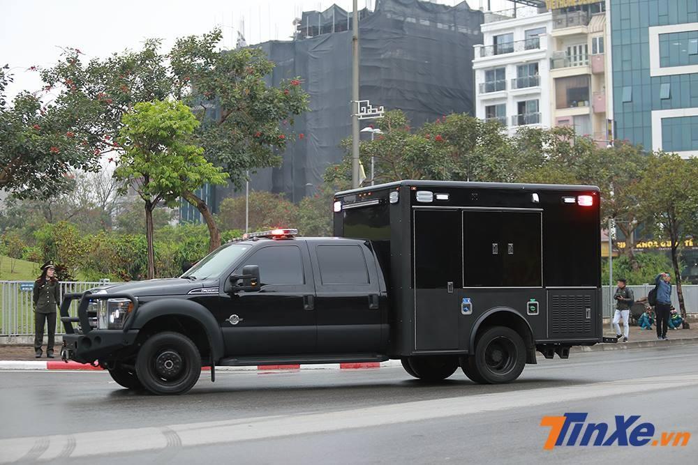 Chiếc xe bán tải hạng nặng Ford cũng góp mặt trong đoàn xe