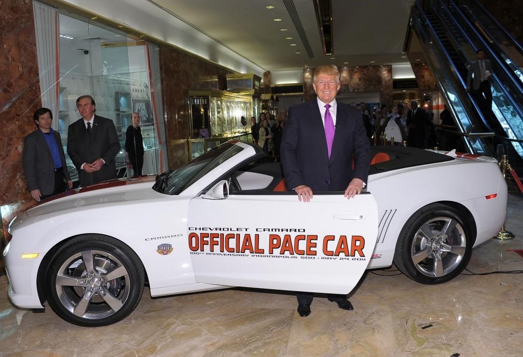 Ông Donald Trump từng gây ồn ào khi xuất hiện và chụp ảnh cùng chiếc Chevrolet Camaro Pace Car dành riêng cho đường đua Indianapolis 500