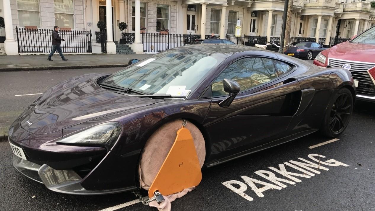 Đây là cách khoá bánh siêu xe của cảnh sát Anh