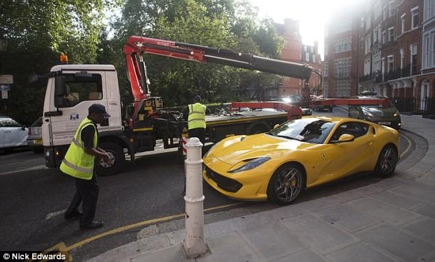 Chiếc siêu xe Ferrari 812 Superfast đỗ đè lên vạch vàng đơn