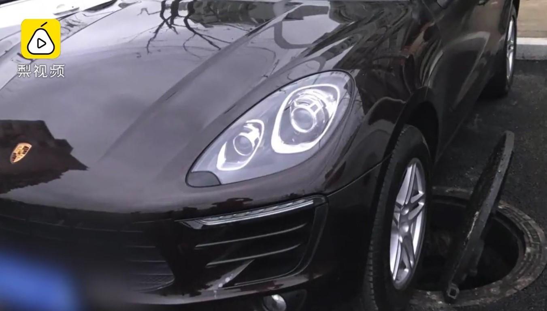 Nắp cống nổ tung, đập vào gầm của chiếc Porsche Cayenne đang đỗ