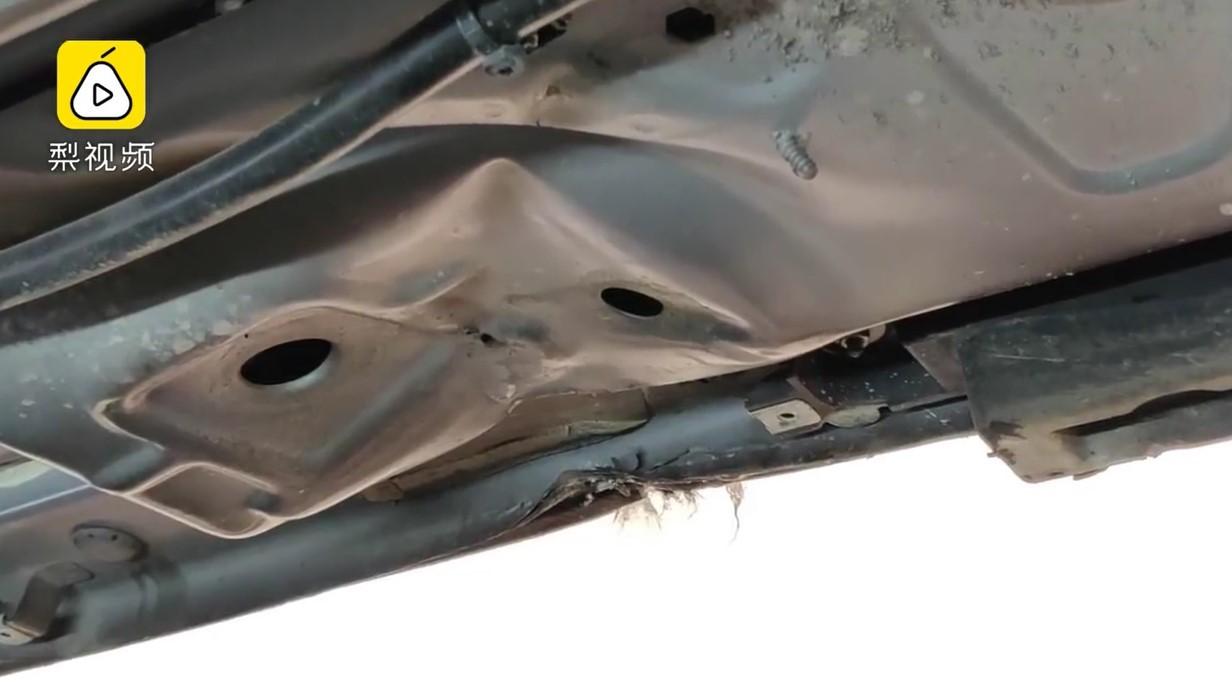 Gầm của chiếc Porsche Cayenne bị biến dạng sau vụ tai nạn