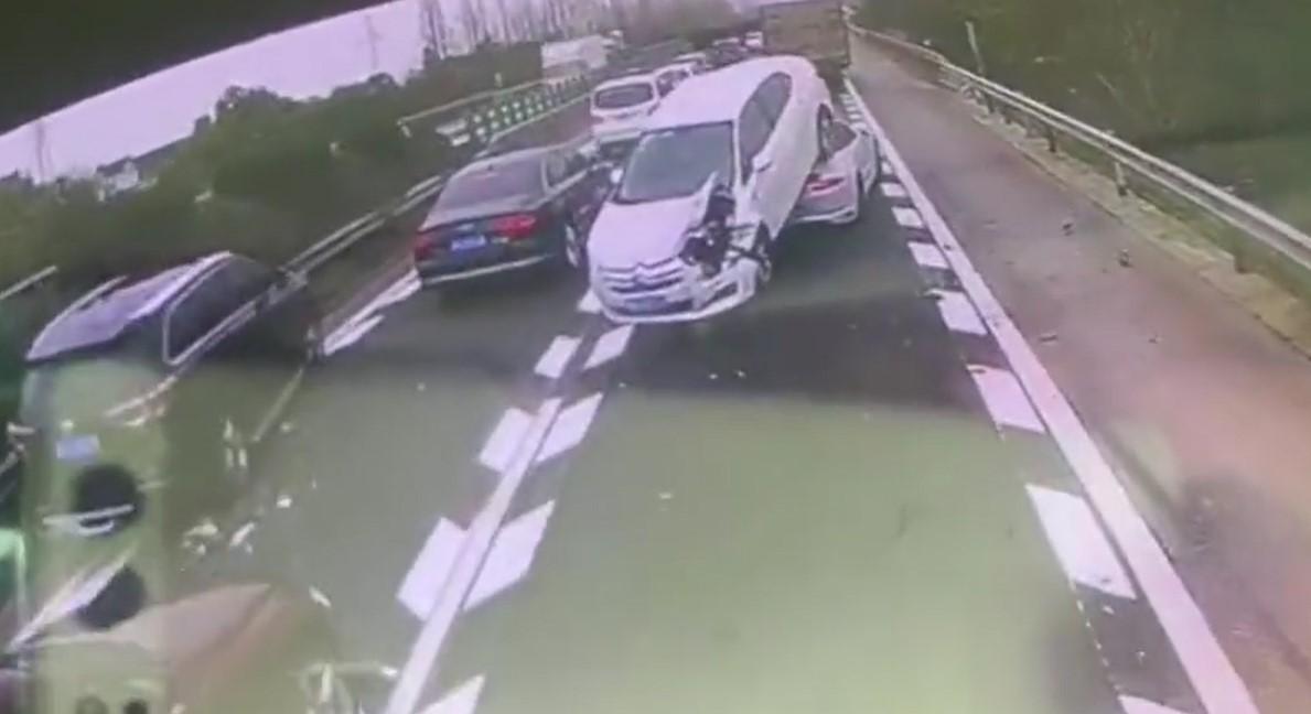 Chiếc sedan màu trắng cũng bị biến dạng đầu xe