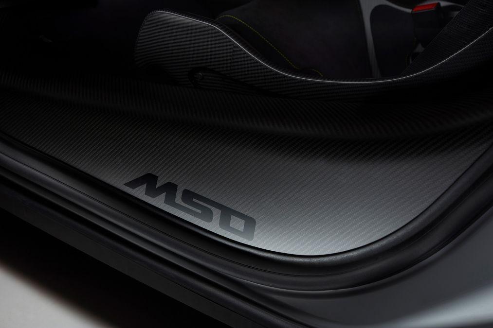 Logo MSO xuất hiện trên bậc cửa