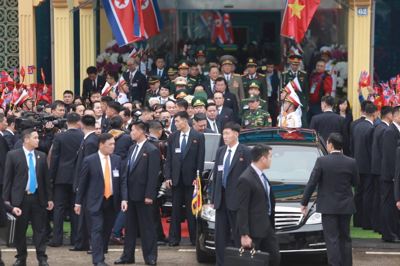 Rừng vệ sĩ bảo vệ cho Chủ tịch Triều Tiên đến chiếc xe bọc thép chống đạn Mercedes-Benz S600 Pullman Guard