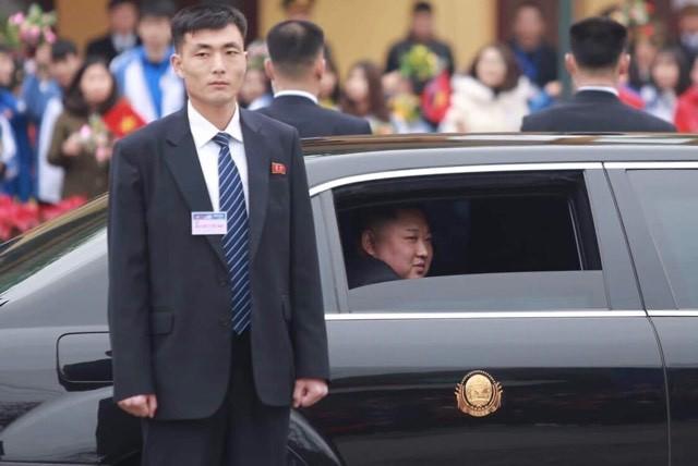 Ông Kim Jong Un mở cửa kính chống đạn vẫy tay chào người dân đang đứng xem ở ga Đồng Đăng