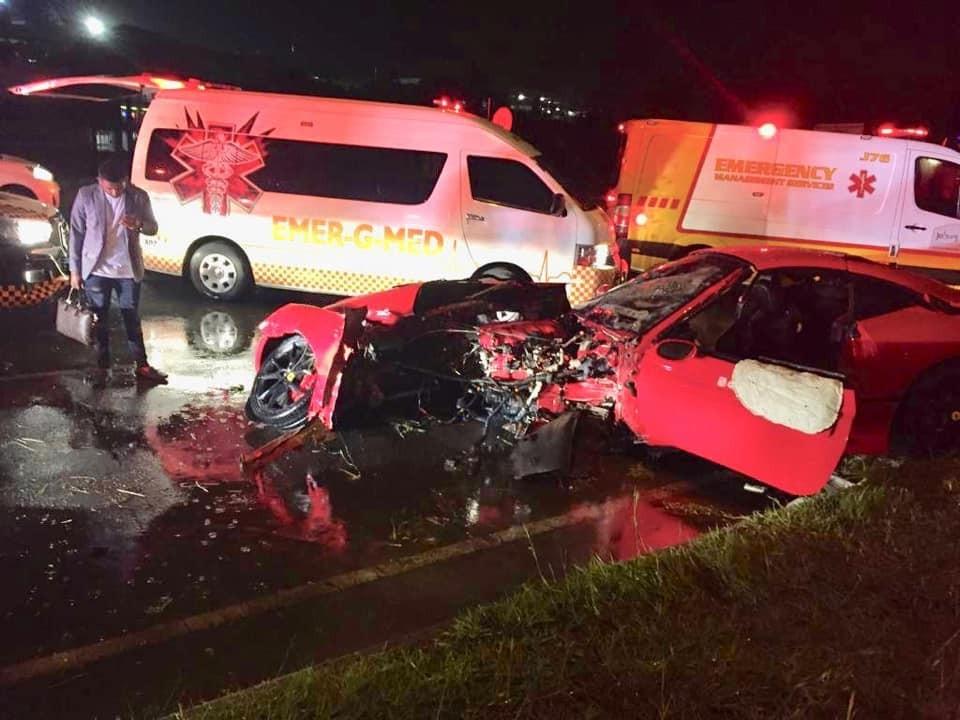 Dù chiếcFerrari California gần như đứt làm đôi nhưng2 hành khách ngồi trong siêu xe nàychỉ bị thương nhẹ