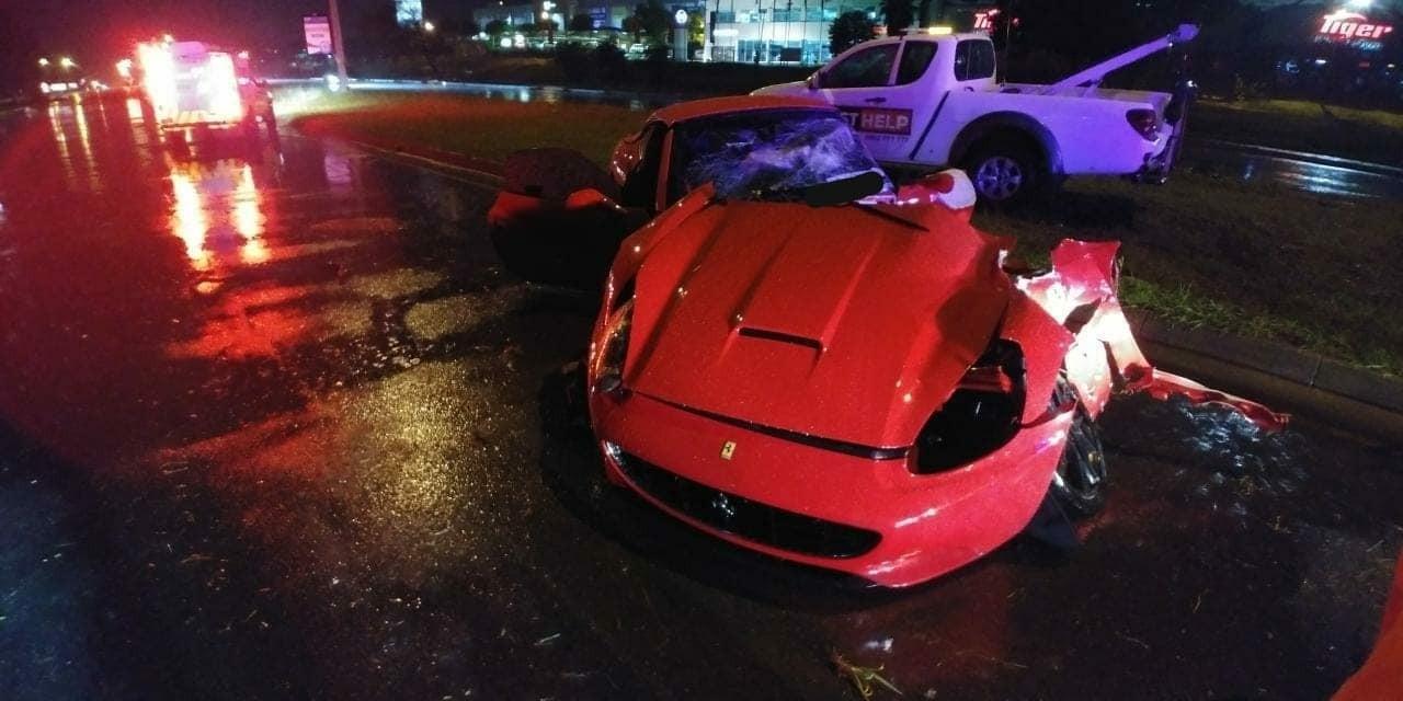 Siêu xe Ferrari California bị cắt làm đôi sau tai nạn kinh hoàng ở Nam Phi