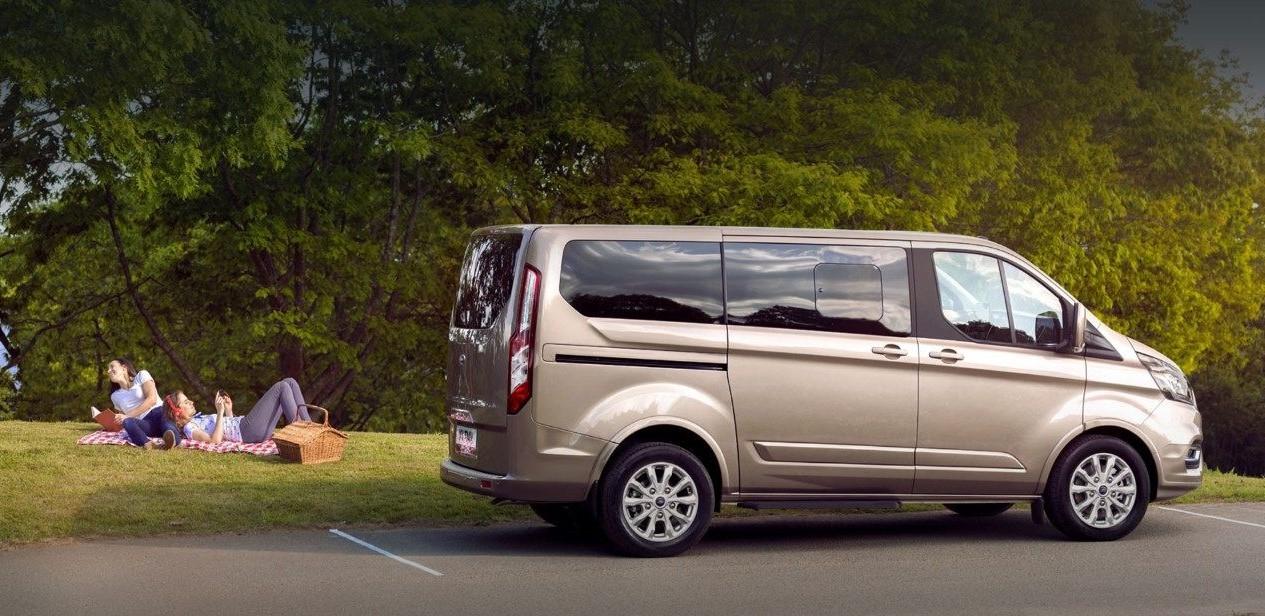 Được phát triển trên nền tảng của Ford Transit nên kích thước tổng thể của Ford Tourneo sẽ không có nhiều thay đổi tuy nhiên số ghế sẽ ít hơn đem lại không gian thoáng đáng hơn