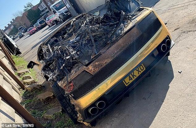Khoang động cơ phía sau của chiếc Lamborghini Gallardo bị thiêu rụi