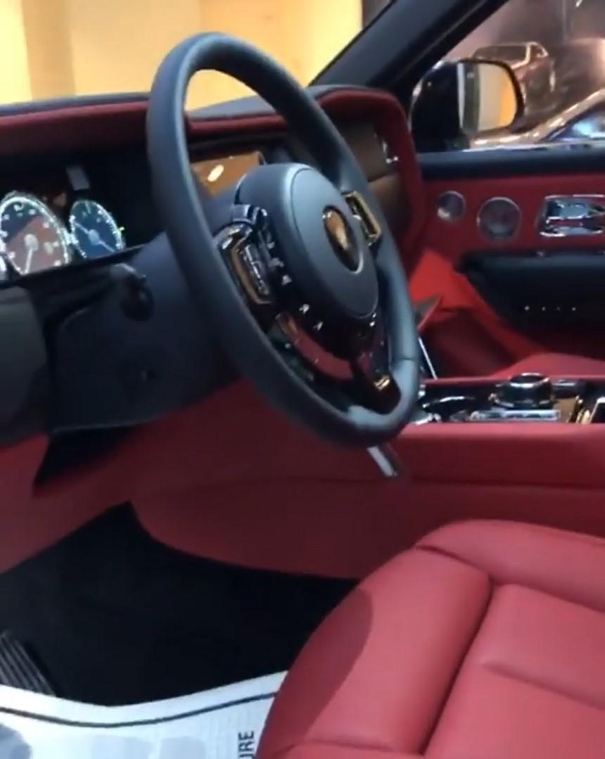 Nội thất bọc da màu đỏ sang trọng bên trong xe