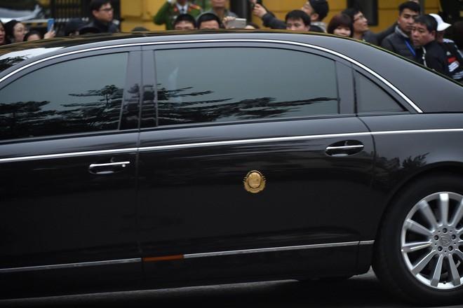 Huy hiệu của Triều Tiên cũng xuất hiện bên hông chiếc Maybach 62S này