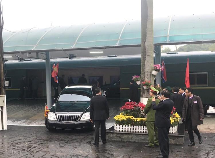 Maybach 62S và phía trong là Mercedes-Benz S600 Pullman Guard lúc được vận chuyển từ tàu bọc thép xuống ga Đồng Đăng, Lạng Sơn