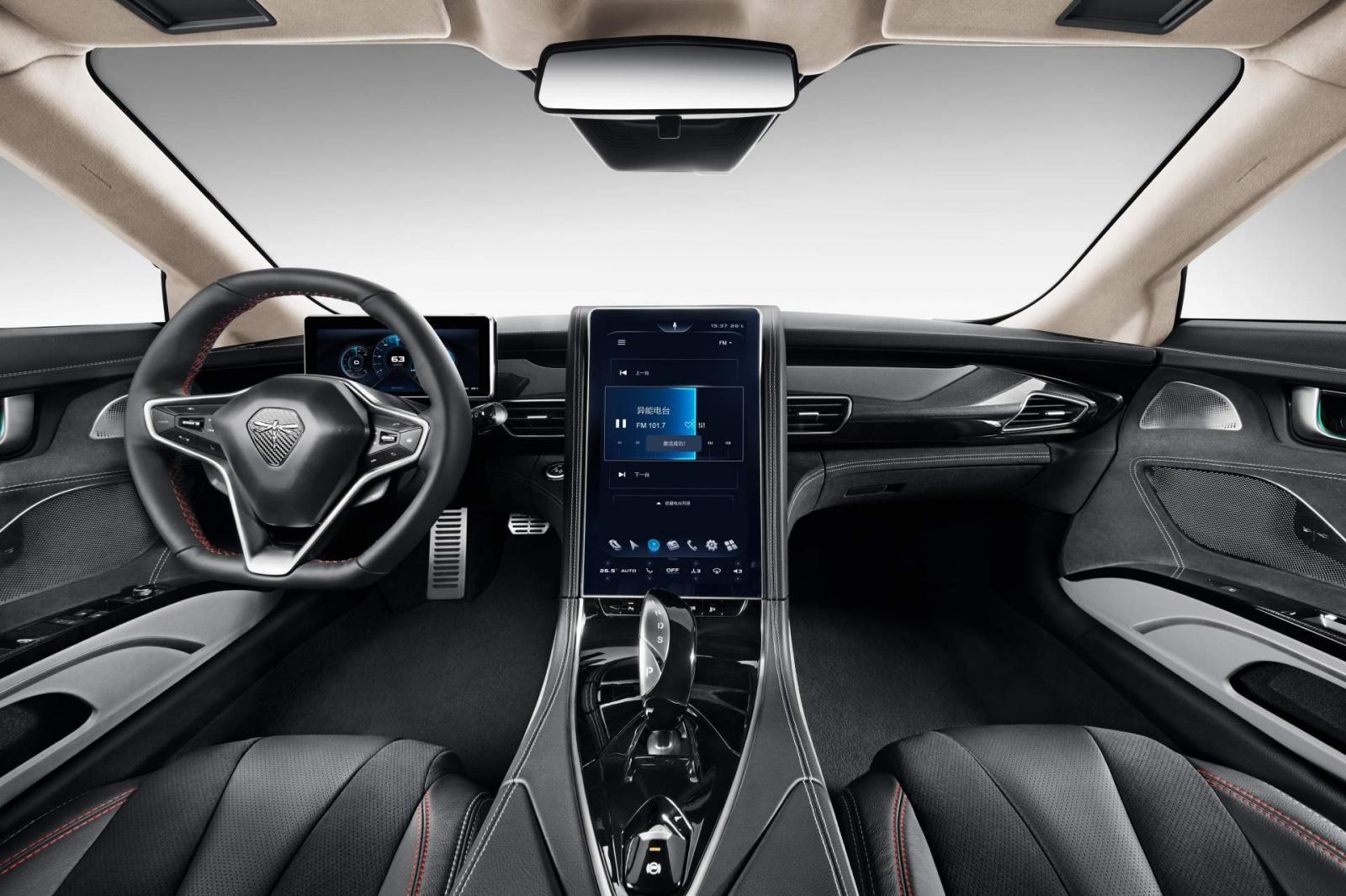 Khoang lái bên trong của Qiantu K50 có trang bị một màn hình cảm ứng khổng lồ