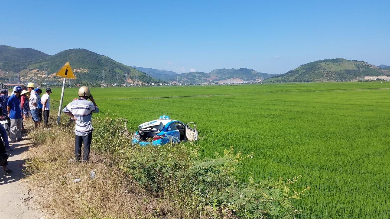 Chiếc taxi nằm dưới ruộng lúa sau vụ tai nạn