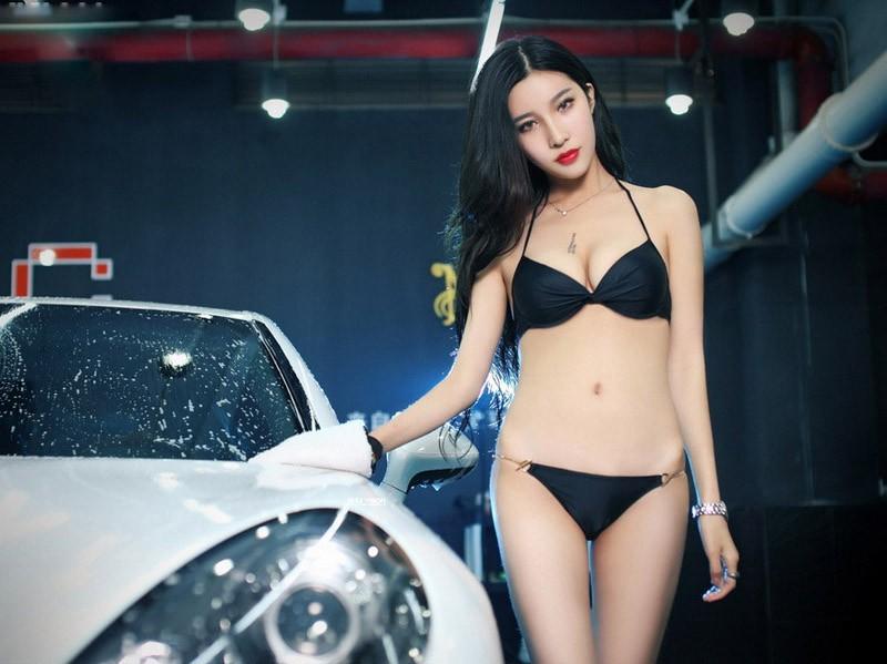 Người mẫu xe diện bikini gợi cảm để tiện rửa chiếc Porsche bóng nhoáng