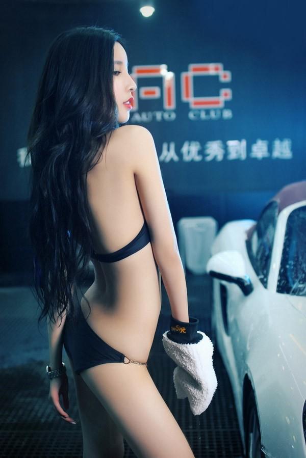 Người mẫu xe diện bikini gợi cảm để tiện rửa chiếc Porsche bóng nhoáng - 2