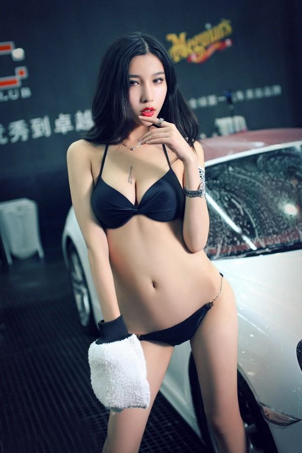 Người mẫu xe diện bikini gợi cảm để tiện rửa chiếc Porsche bóng nhoáng - 4