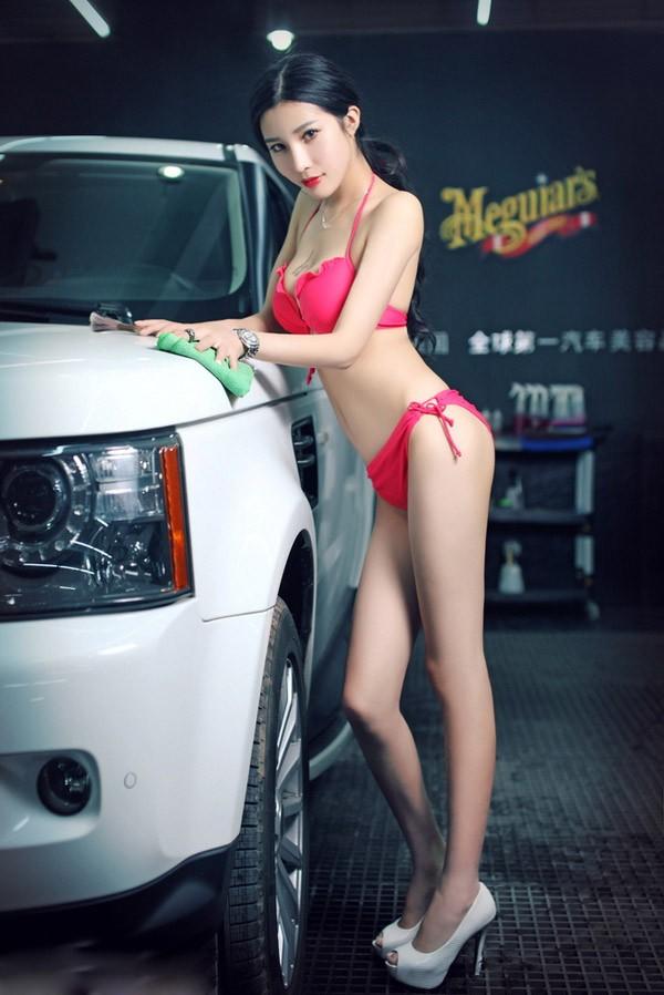 Người mẫu xe diện bikini gợi cảm để tiện rửa chiếc Porsche bóng nhoáng - 6