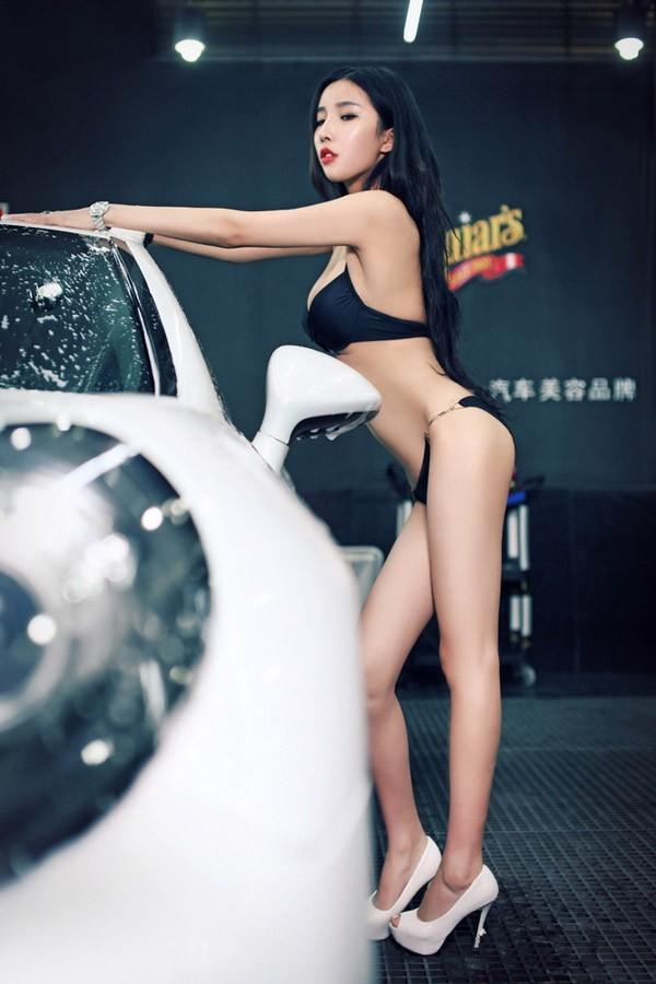 Người mẫu xe diện bikini gợi cảm để tiện rửa chiếc Porsche bóng nhoáng - 5