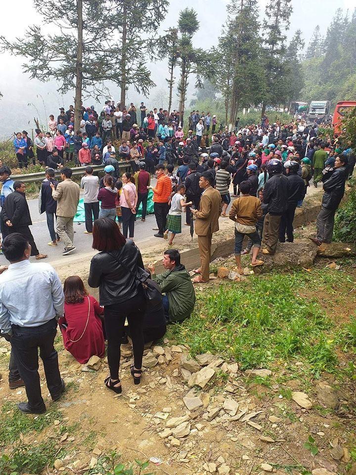 Người nhà nam học sinh và rất đông dân làng kéo đến hiện trường