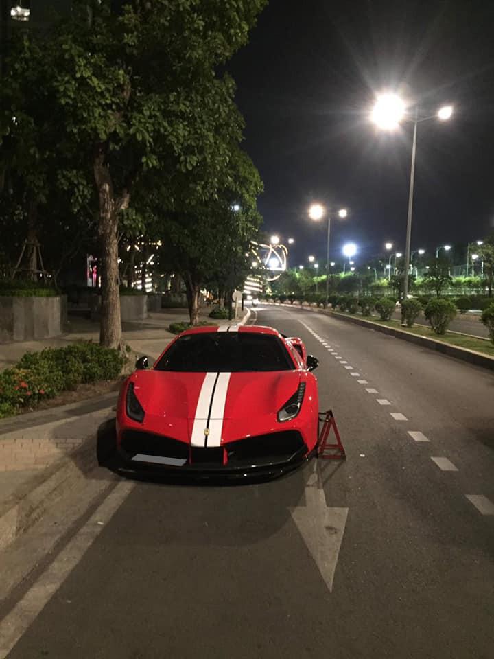 Chiếc siêu xe Ferrari 488 GTB SVR độc nhất Việt Nam làm bạn với cùm khoá bánh xe vào ban đêm