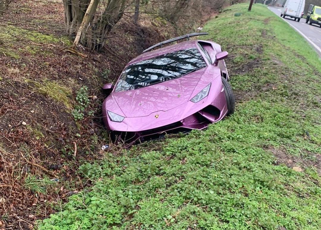 Chiếc siêu xe Lamborghini Huracan màu tím nằm dưới rãnh bên đường