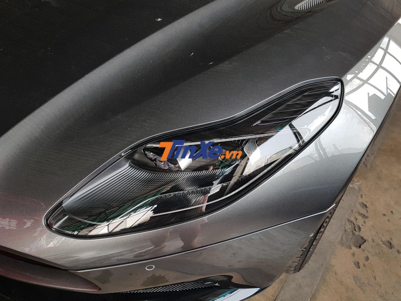 Hệ thống đèn pha LED trên Aston Martin DB11 và dải đèn LED thiết kế rất sắc sảo