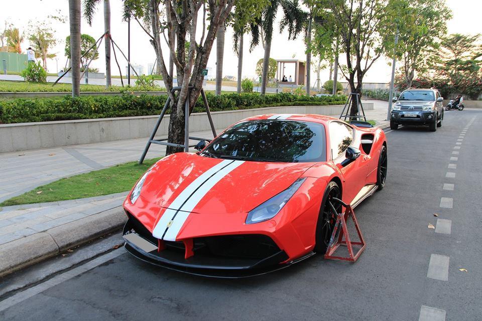 Và đến chiều hôm qua, chiếc Ferrari 488 GTB này vẫn bị khoá bánh