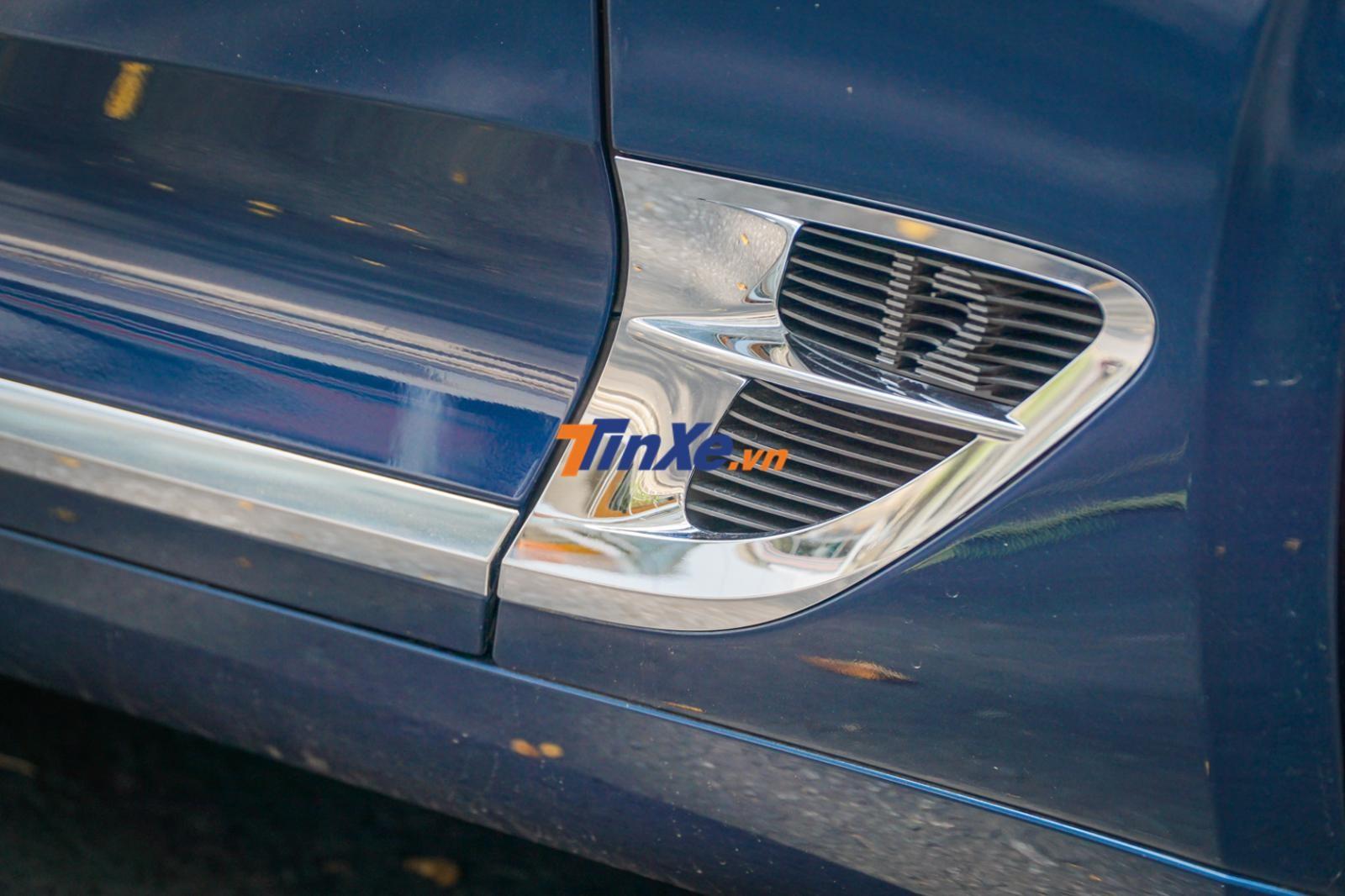 Bên hông xe, ngay hốc gió có xuất hiện con số 12 ngầm ám chỉ chiếc Bentley Continental GT đời 2018 này được trang bị động cơ W12