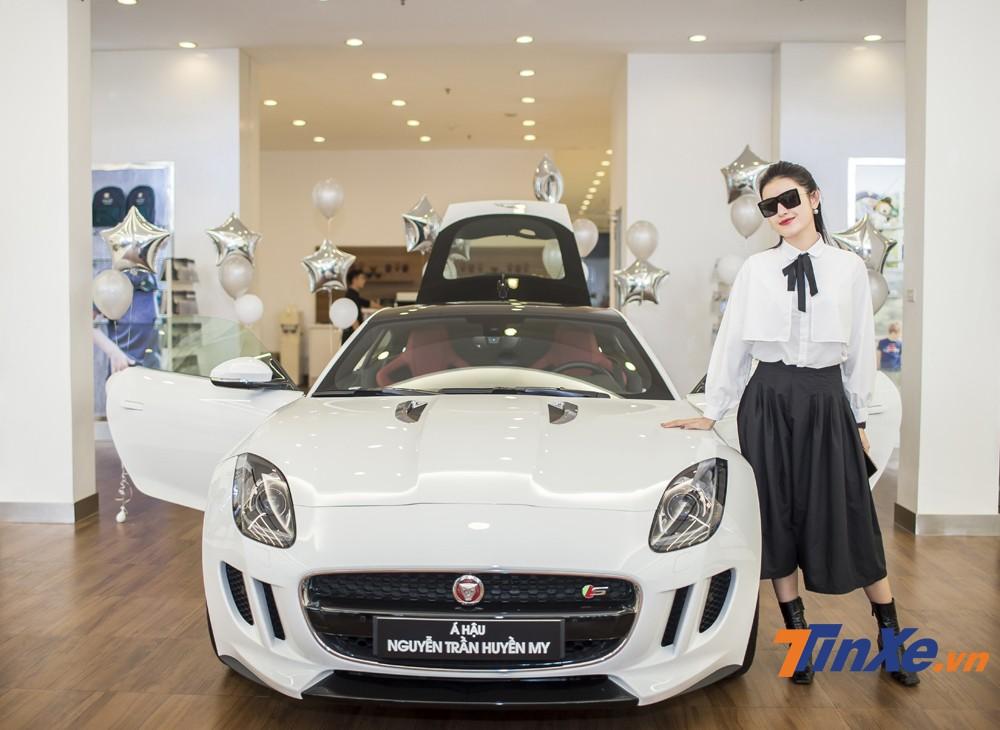 Á hậu Huyền My bên chiếc xe Jaguar F-Type mới mua của mình.