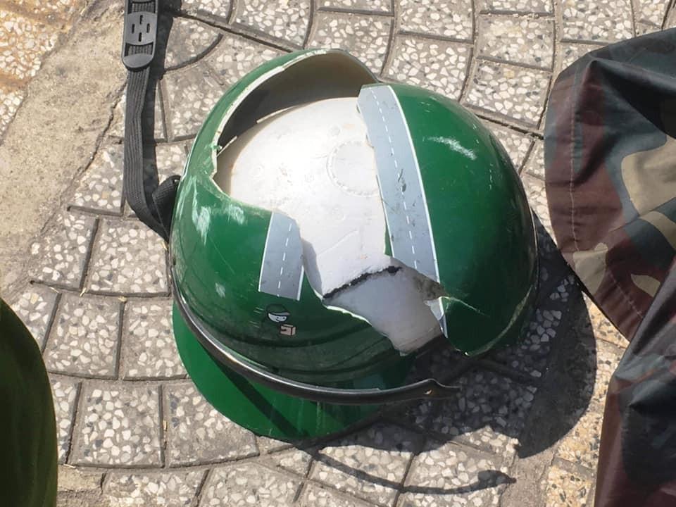Mũ bảo hiểm của nam thanh niên bị vỡ đôi