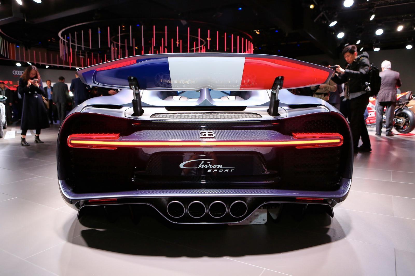 Lá cờ Pháp còn xuất hiện mặt dưới cánh gió đuôi của Bugatti Chiron Sport 110 Ans Edition