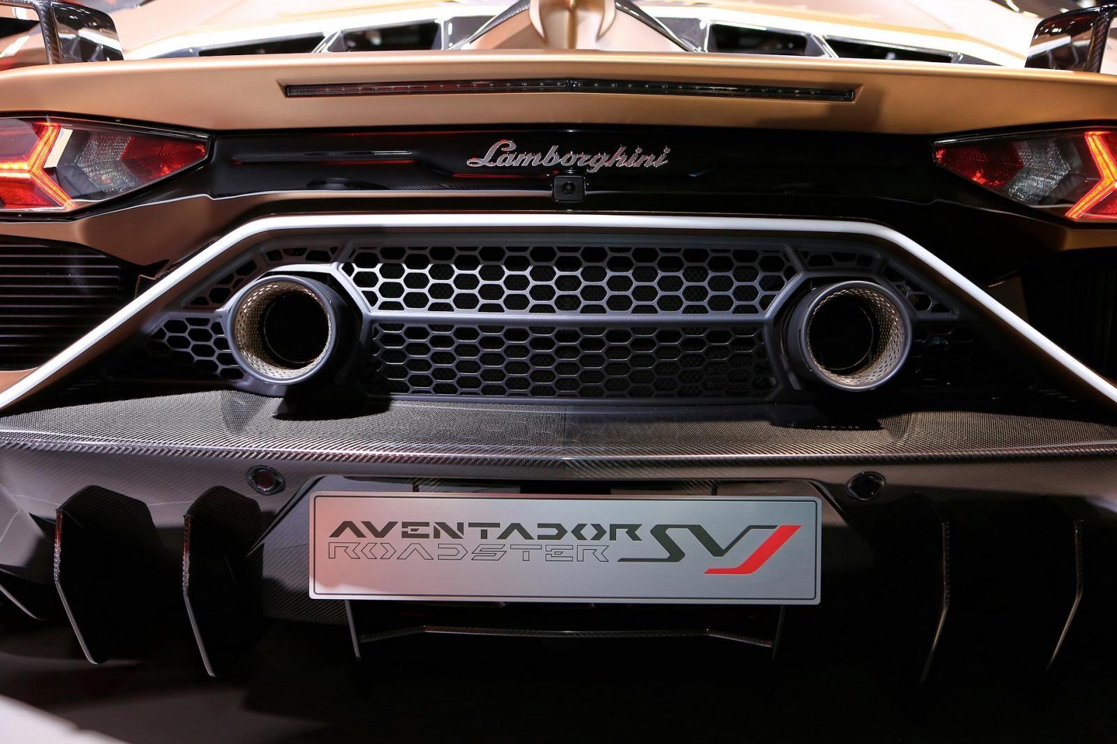 Thời gian tăng tốc 0-100 km/h của Lamborghini Aventador SVJ Roadster chậm hơn 0,1 giây so với bản Coupe
