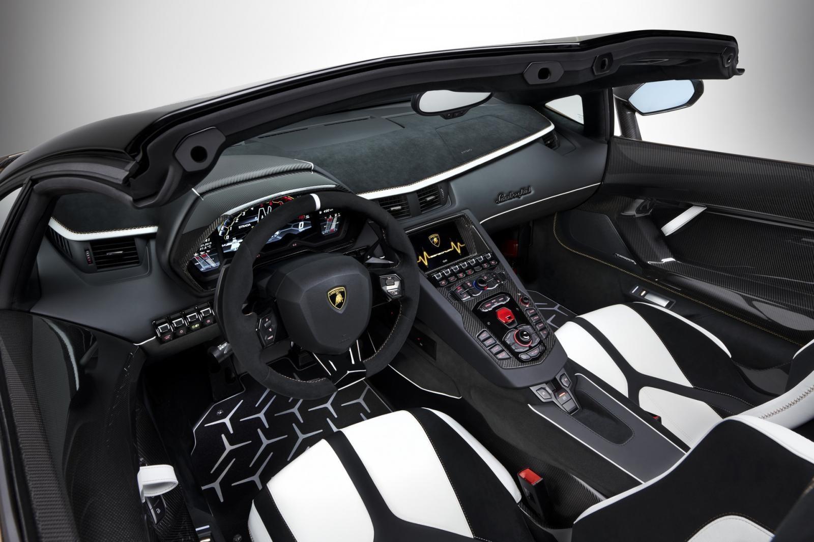 Khoang lái xe rất thể thao và có nhiều chi tiết bằng sợi carbon