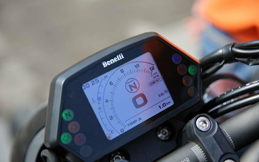 Chiếc đồng hồ trên Benelli 502C được sử dụng giống với chiếc xe 302S với bảng điện tử hoàn toàn hiện đại