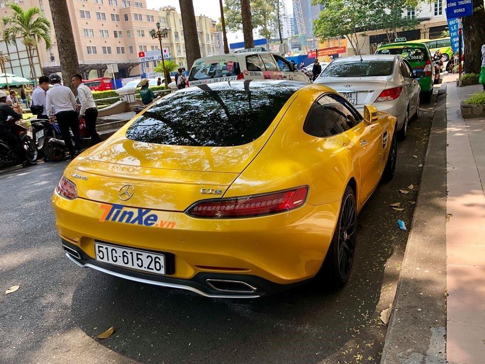 Siêu xe Mercedes-AMG GT S màu vàng lúc mới về nước có giá bán lên đến 8,26 tỷ đồng