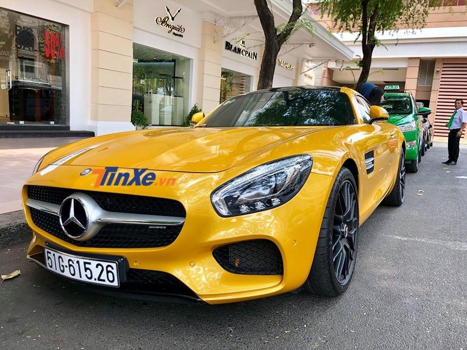 siêu xe Mercedes-AMG GT S màu vàng