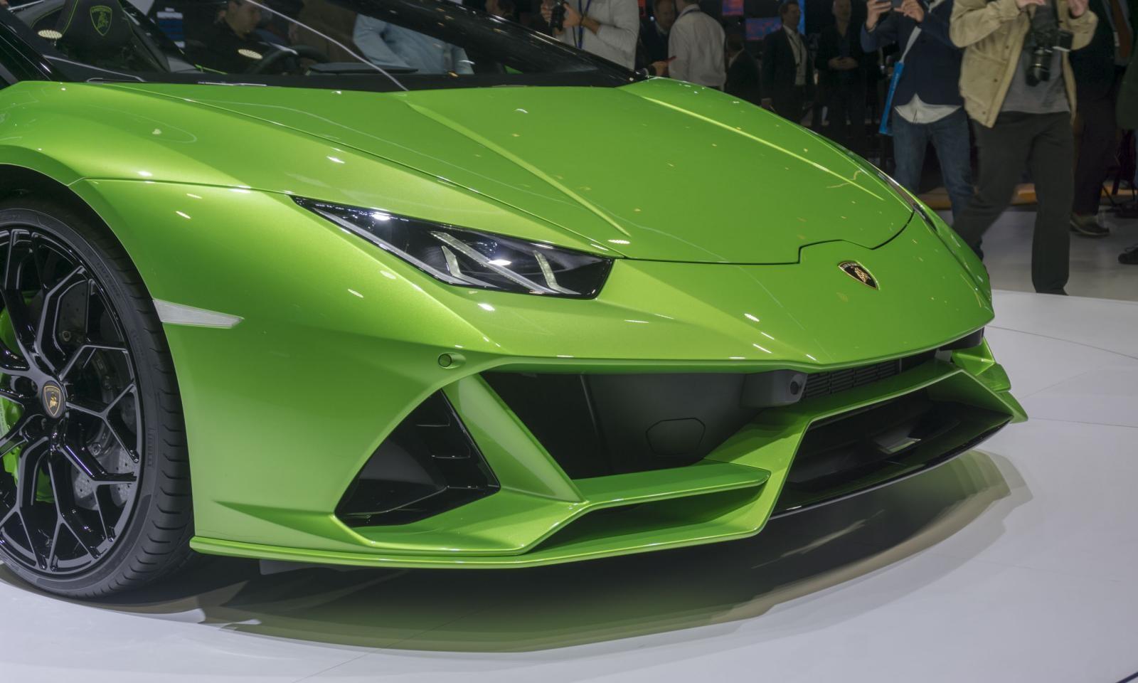 Lamborghini Huracan Evo mui trần có thiết kế cá tính