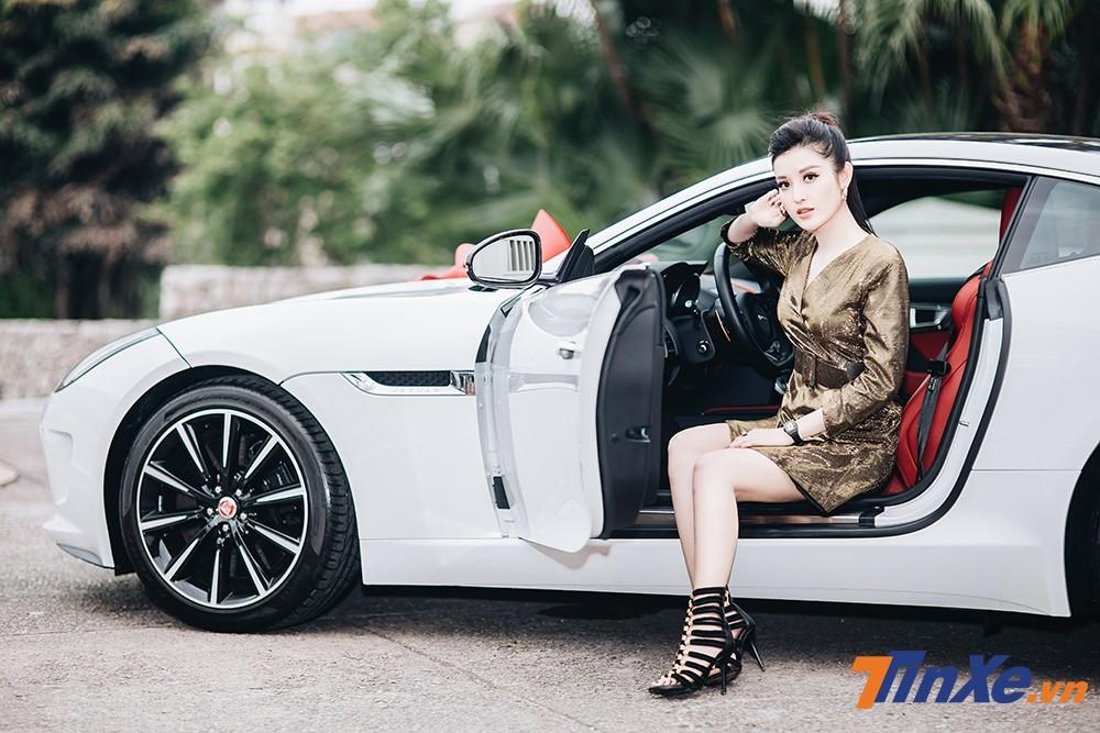 Á hậu Huyền My khoe dáng nuột bên Jaguar F-Type mới sắm - 2