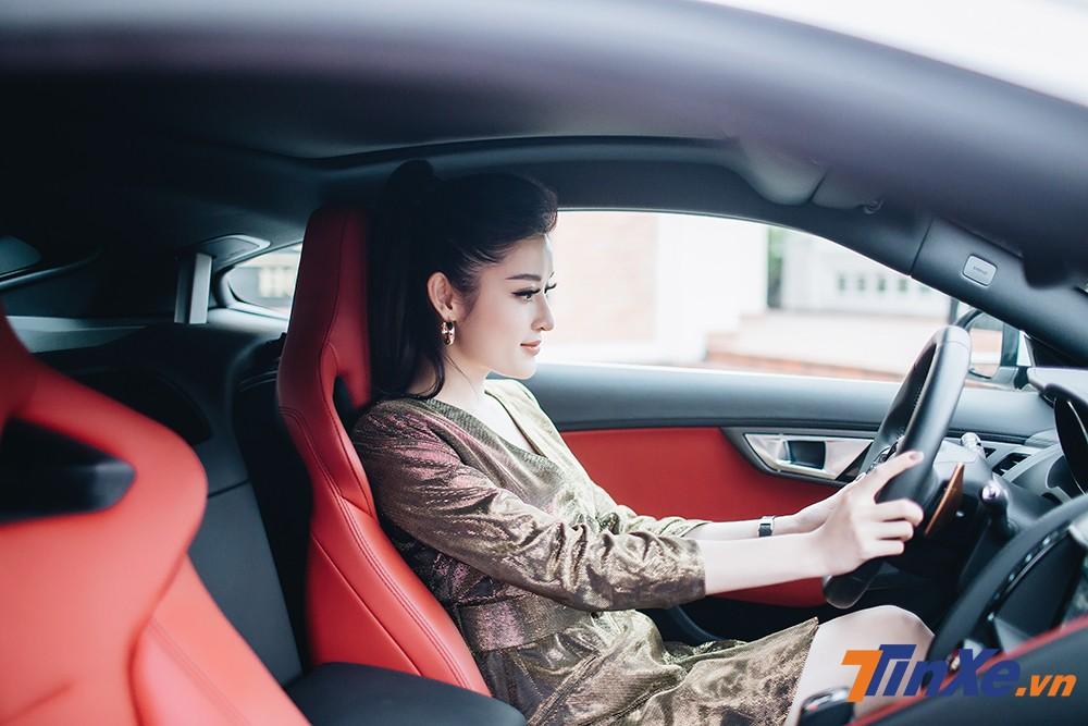 Nội thất da cao cấp với màu đỏ là điều khiển Á hậu Huyền My ưng ý trên chiếc Jaguar F-type.