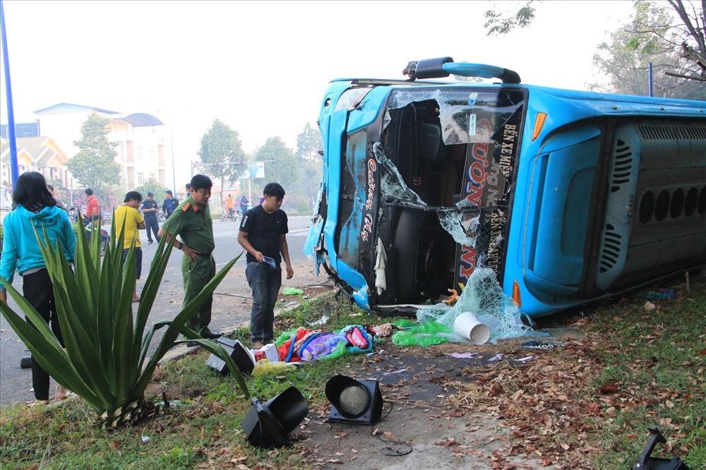 Xe khách lật ngang khiến nhiều hành khách hoảng loạn