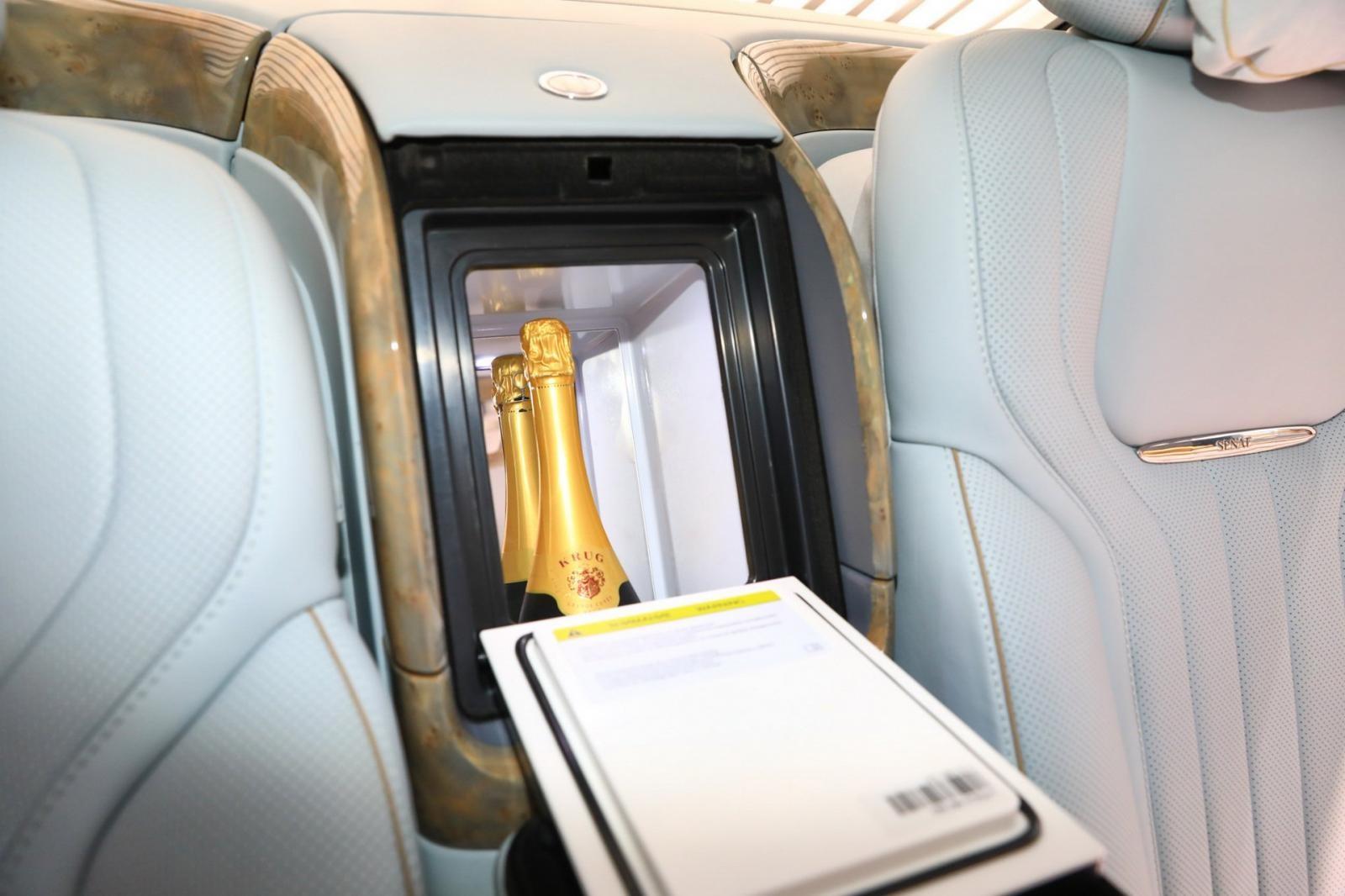 Ngăn lạnh đựng 2 chai champagne dành cho hành khách phía sau