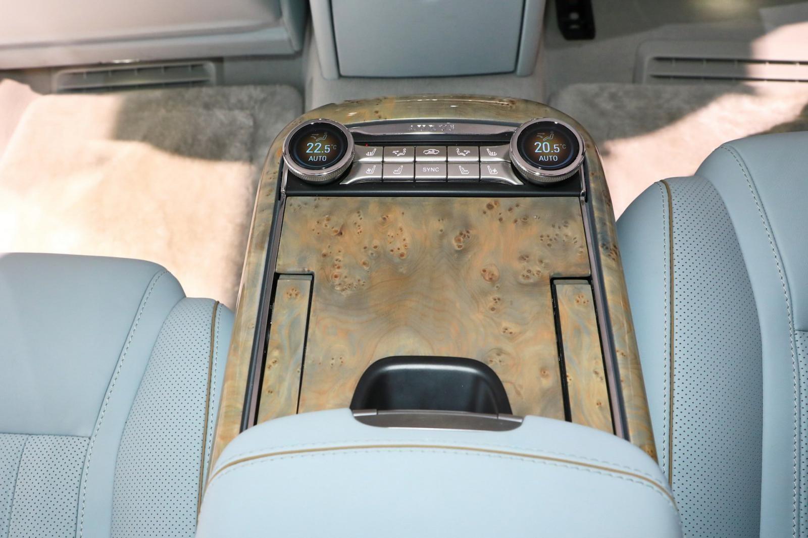 Cụm điều khiển trung tâm giữa hàng ghế sau