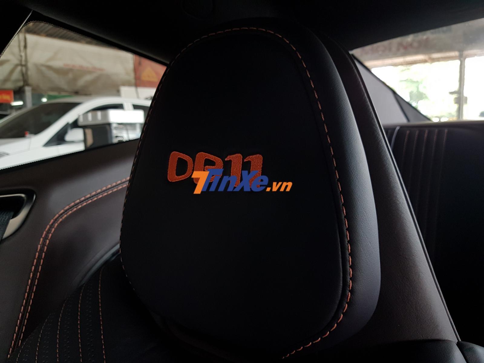 Logo DB11 thêu trên tựa đầu cũng hoàn thành với màu cam nổi bật